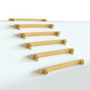 Robinia stammetjes te gebruiken als trap op een heuvel of talud